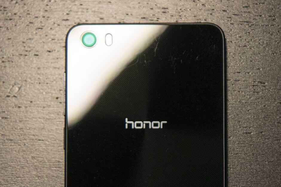 задняя панель Huawei Honor 6 легко царапается