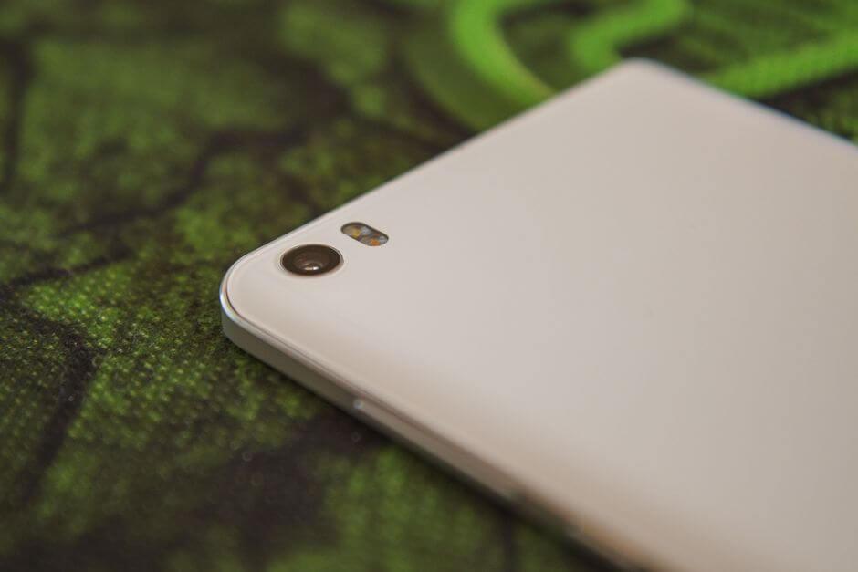 глазок камеры Xiaomi Mi Note расположен в самом углу корпуса