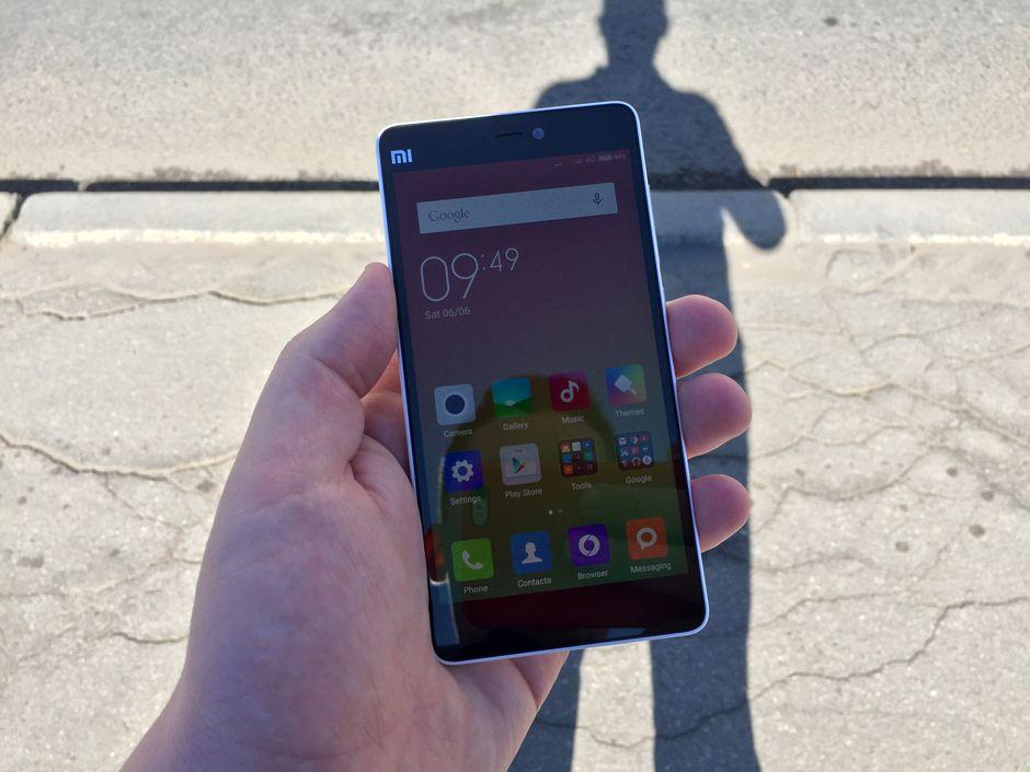 экран Xiaomi Mi4i остается читаемым на солнце