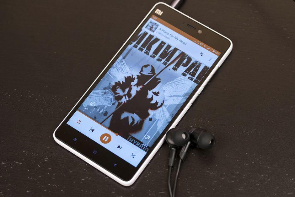 качественный звук в наушниках у смартфона Xiaomi Mi4i