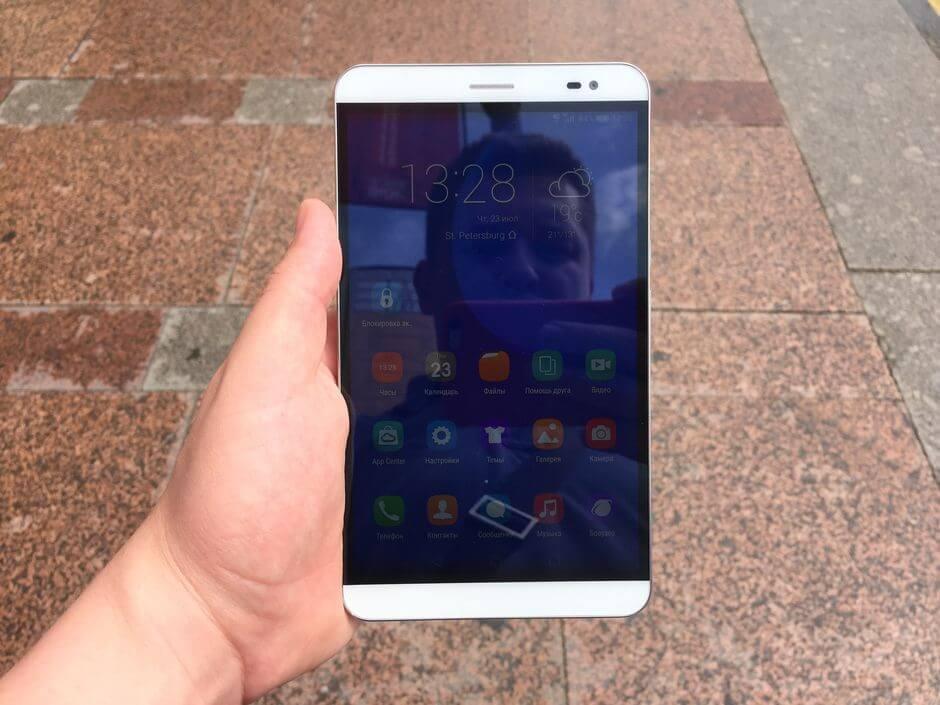экран в Huawei Honor X2 умеренно слепнет на солнце