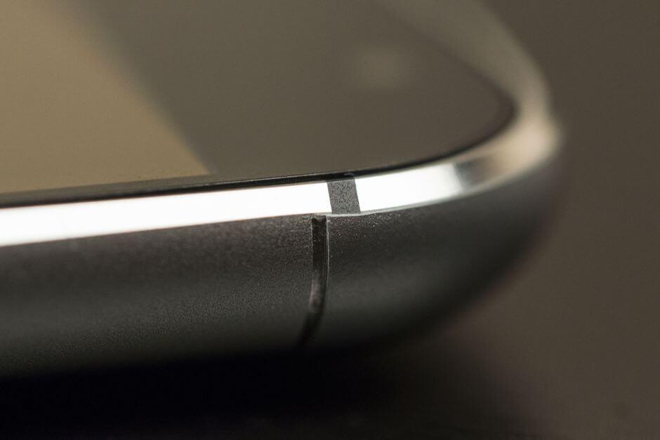 пластиковая вставка в корпусе Meizu MX5 смотрится неаккуратно