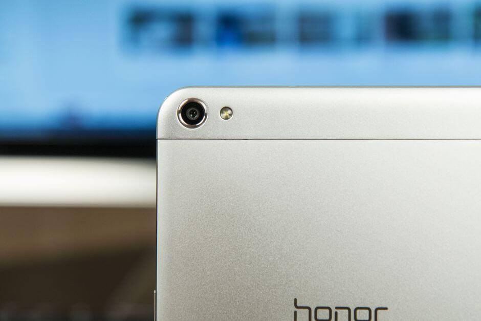 камера в Huawei Honor X2 близко к краю корпуса