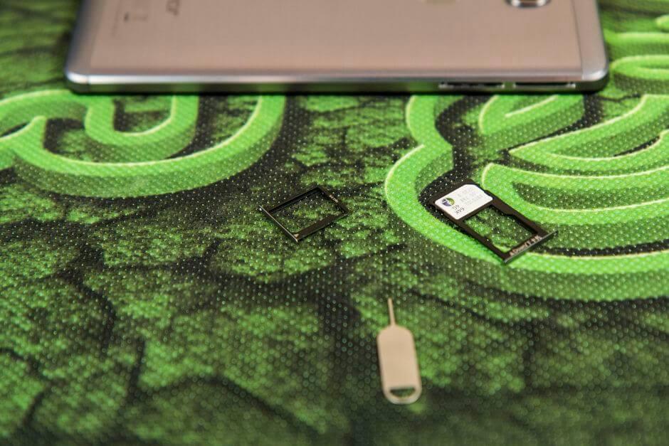 два слота для SIM-карт в Huawei Honor 5X
