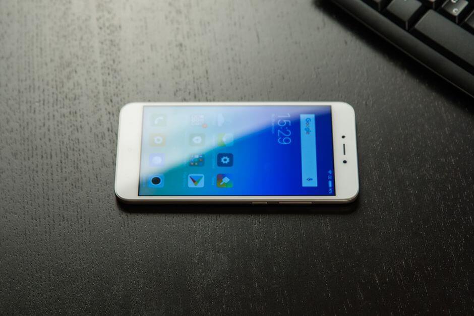 экран Xiaomi Redmi Note 5A остается читаем в солнечную погоду