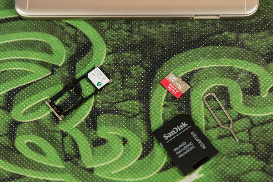 два слота для nano SIM и отдельный слот для micro SD в Xiaomi Redmi Note 5A