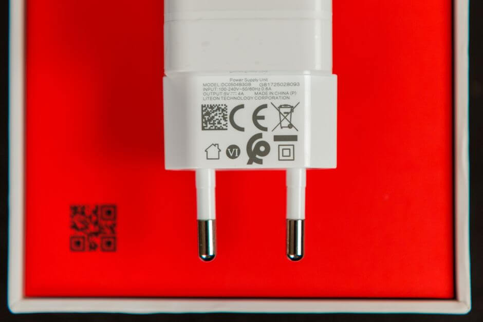 адаптер питания с поддержкой быстрой зарядки Dash Charge в комплектации OnePlus 5T