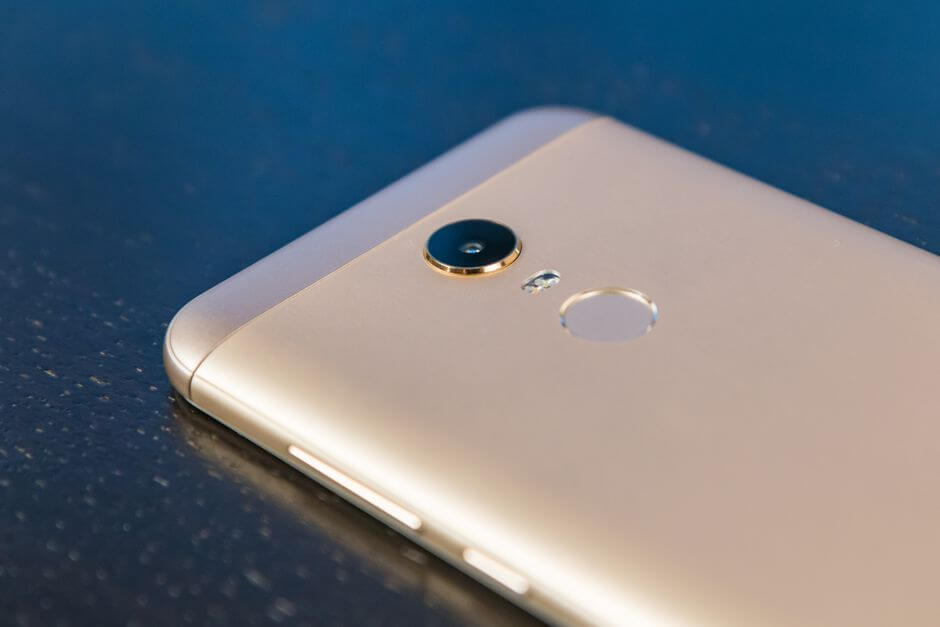 основная камера в Xiaomi Redmi 5 Plus выпирает на 1 мм